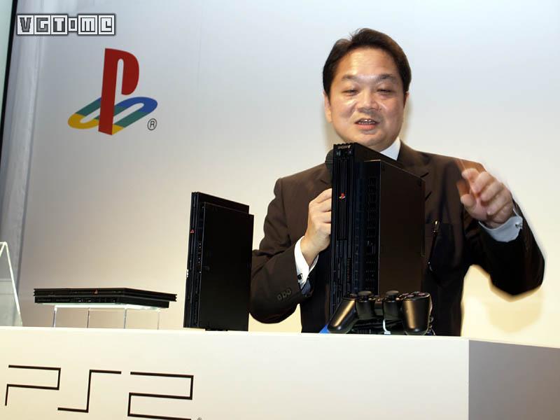 久多良木健和 PS2,从各种意义上来说,那都是一段黄金年代   光是PS2向下兼容PS的大量游戏,更高清画面所带来的游戏体验就已经打动了不少玩家,更不用提索尼汲取任天堂在经营上的失误教训后,通过流通革命取得了大量独占游戏版权。为此出力的人更多,除了老一辈的开发者和行销者,年过五十的久夛良木健也开始着力让后辈发光发热。吉田修平、菲尔哈里森等后起之秀在这个过程中也发挥了重要作用。   在后辈中,有一个人最为久夛良木健所看好当年久夛良木健与丸山茂雄相识时,SME总裁身边时常跟着一个风度翩翩的年轻人